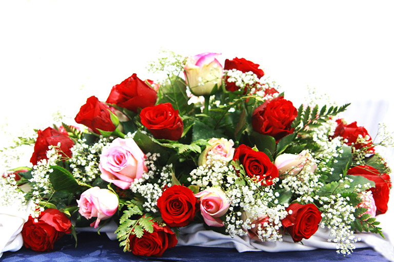 wedding decoratin red and pink roses